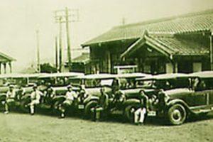 大正10年頃、湯平駅前に並ぶタクシー